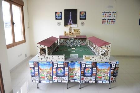 """Espectacular maqueta de """"La Plazoleta de los Sueños"""" con el Castillo de la Villa al fondo"""