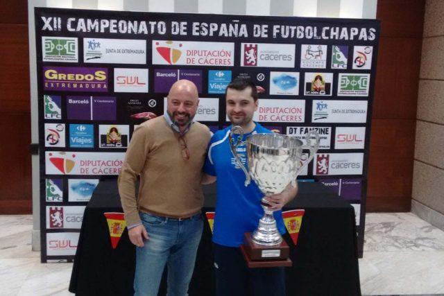 José Rodríguez recogiendo su trofeo de Campeón de España