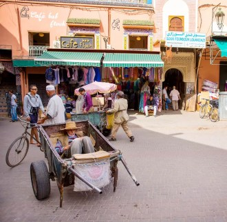 marrakech-man-sleeping-in-cart