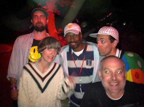 לארי הרד עם כמה היפסטרים במועדון. צילום: eternal jamzzzz