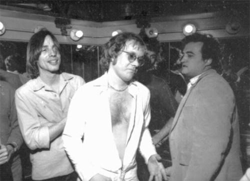 מה האח בלוז עושה שם? מימין: ג'ון בלושי, וורן זיבון וג'קסון בראון