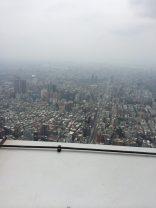 """101 piani che resistono a vento e terremoti grazie a un pendolo: il Taipei 101. I record sono fatti per essere battuti! Nel tempo sono stati costruiti moltissimi grattacieli che hanno raggiunto altezze elevatissime, ma che a distanza di anni hanno perso l' ambito primato di """"edificio più alto del mondo"""". Oggi vi vogliamo descrivere uno di quei grattacieli che dal 2003 al 2010 è stato il più alto edificio mai costruito, considerato una delle Nuove Sette Meraviglie dell' Ingegneria: il Taipei 101. Situato proprio a Taipei, nell' isola di Taiwan, il suo nome deriva dal numero dei suoi piani (101 appunto). Con un altezza di 508 metri è il terzo grattacielo più alto al mondo dopo il Burj Khalifa (828 m) e la Abraj Al-Bait Towers (601 m)."""