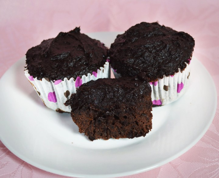 Paleo Chocolate Cupcakes. Light and fluffy chocolate #cupcakes topped with a #healthy frosting