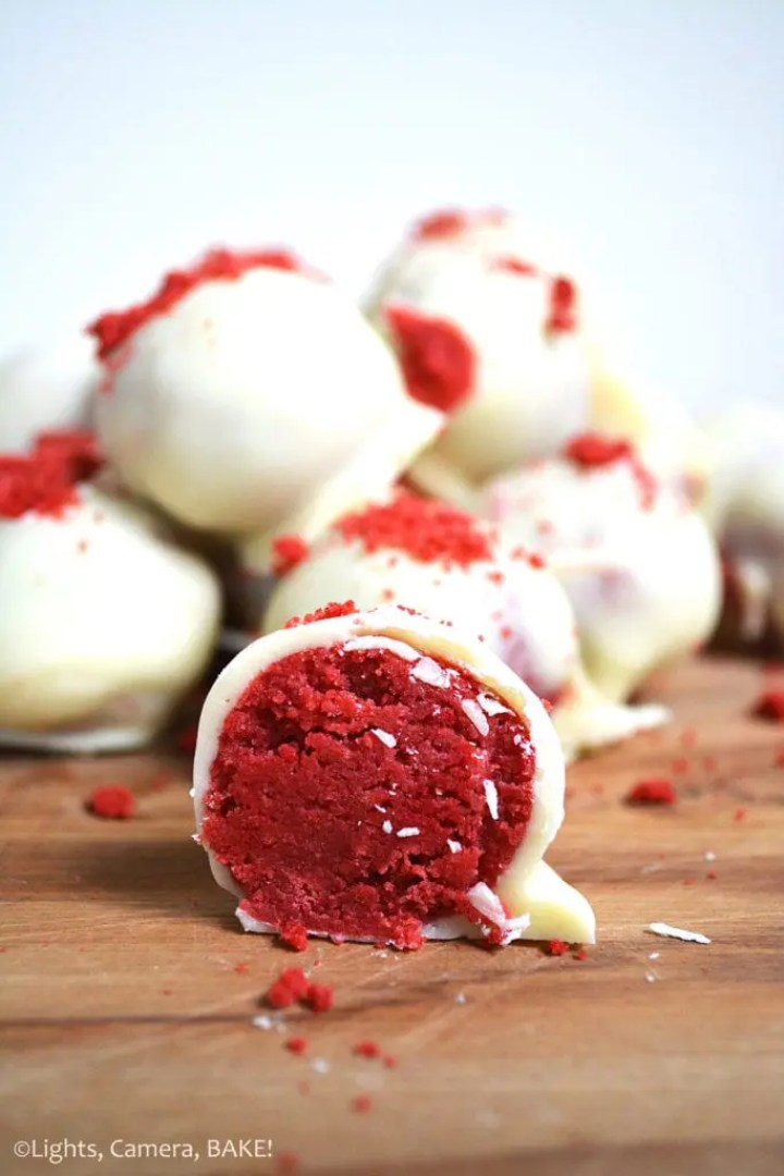 Red Velvet Cake Pops: The beloved red velvet cake flavours of not-quite vanilla and not-quite chocolate mixed with cream cheese icing and lovingly covered in white chocolate. All the flavours of red velvet cake in a small truffle. #redvelvetcakepops #redvelvetcake #cakepops