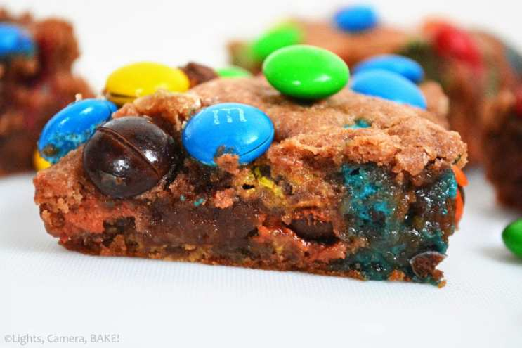 Salted Caramel M&M Slice is a red velvet flavoured gooey cookie bar packed full for M&Ms with a thick layer of salted caramel sauce running through the center. #saltedcaramel #m&mcookiebars #saltedcaramelcookiebars