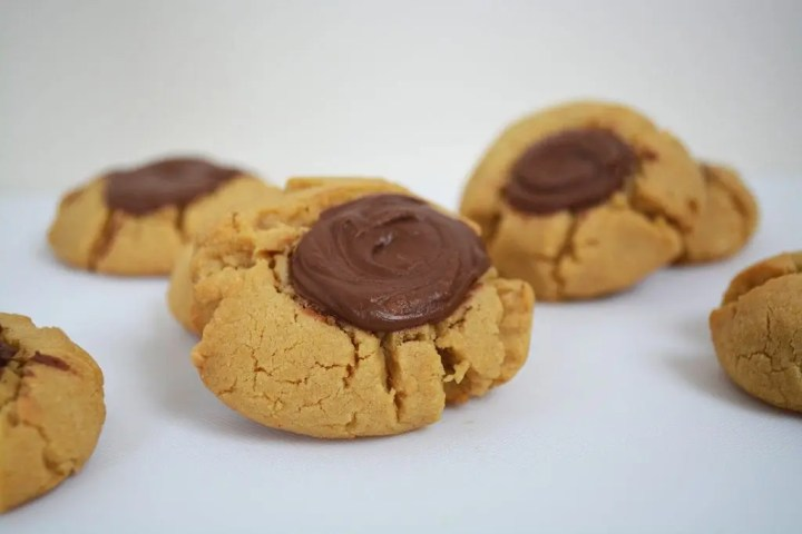 Peanut Butter Nutella Thumbprint Cookies are a soft and chewy peanut butter cookie with a 'thumbprint' in the middle filled with Nutella. #nutellacookies #peanutbuttercookies #thumbprintcookies