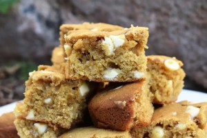 Browned Butter Vanilla Bean Blondies are soft and fluffy, chewy blondies with a rich buttery, caramel flavour with delicate vanilla bean undertones. #brownedbutterblondies #vanillabeanblondies #brownedbuttervanillabeanblondies #vanillabeancookiebars #brownedbuttercookies #ad
