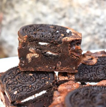 Oreo Browniesare rich and fudgy brownies filled with plenty of crisp Oreos. The contrast of fudgy brownies and crunchy Oreos is perfect. #oreos #oreobrownies #fudgybrownies #orebrowniesrecipe #bestfudgybrownies #fudgyoreobrownies