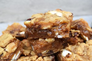 Caramel Peanut Butter Slice is a gooey, chewy, buttery and oh-so-delicious peanut butter cookie bar stuffed with caramel sauce and speckled with white chocolate and chocolate chips. #peanutbuttercookeis #caramelcookiebars #caramelcookiebars #peanutbuttercaramelslice #caramelslice #cookiebars