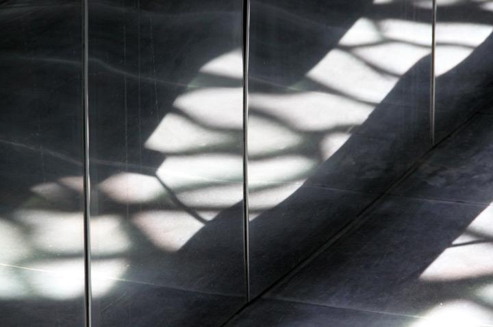 Reflet de lumière dans le garde-corps d'une passerelle périphérique inox du MuCEM, Marseille - Architecte : Rudy Ricciotti - Photo : Vincent Laganier