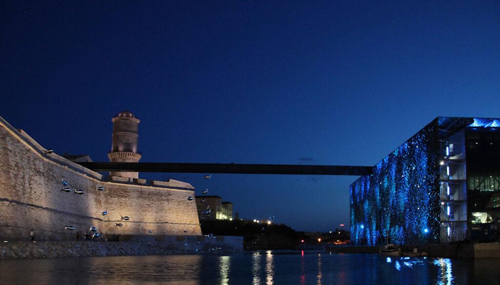 Vue vers le Sud du bassin entre le Fort Saint-Jean et le MuCE, la nuit - Mer-Veille, MuCEM, Marseille, France © Yann Kersalé, AIK - Photo : Vincent Laganier
