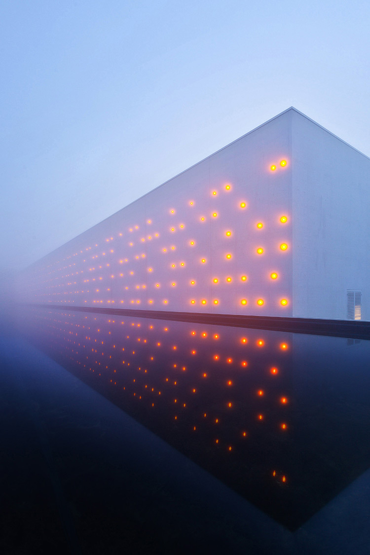 Chai LCB Logistique, matin brumeux, latéral - Architectes : Baggio-Piechaud - Concepteur lumière : Yon Anton-Olano - Photo : A. Pequin