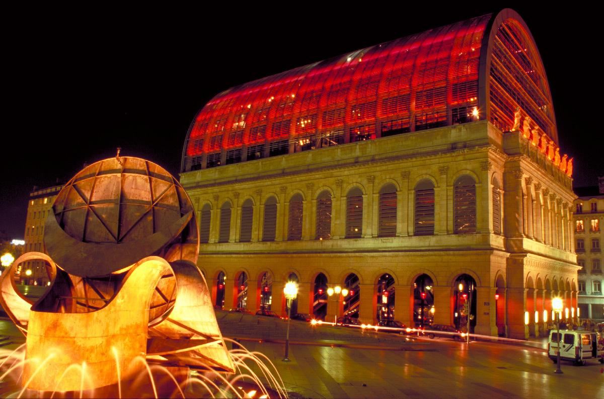 Théâtre Temps, Opéra de Lyon, Lyon - Architecte : Jean Nouvel - Plasticien lumière : Yann Kersalé - Photo : Vincent Laganier