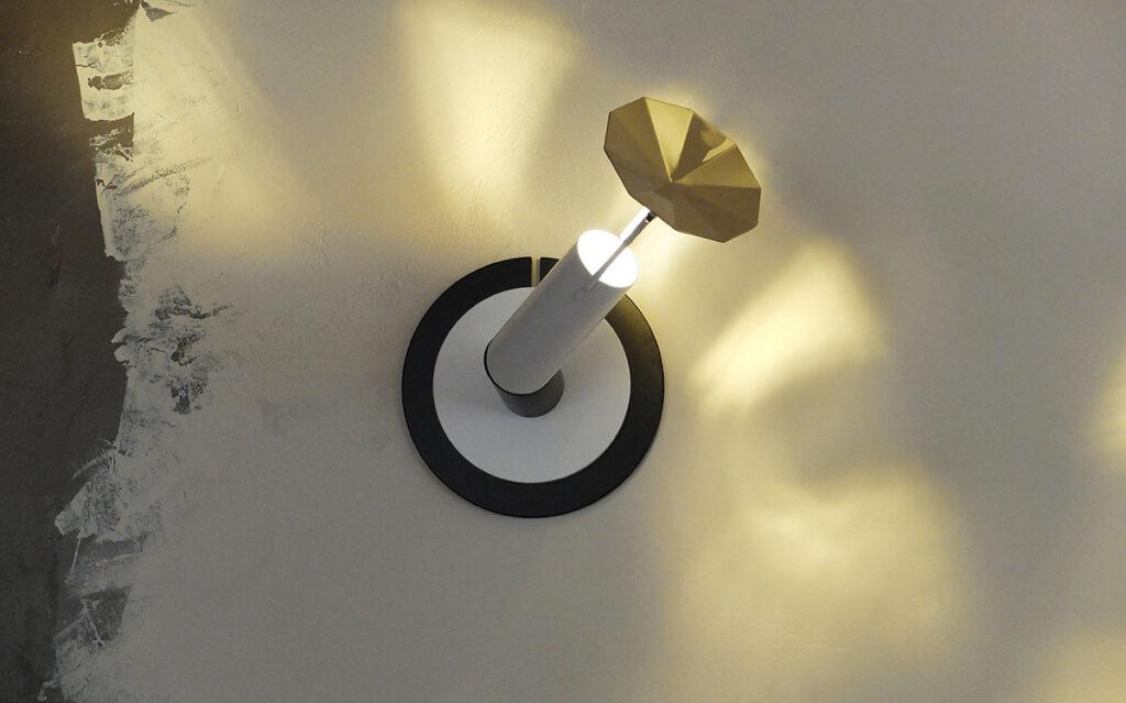 L'ardent, lampe en applique, acier laqué, laiton poli brillant - Vue de face - Design et photo : RICH