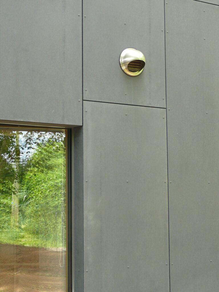 Détail de prise d'air - Maison passive pour jeunes retraités, Gouesnac'h, Finistère - Architecte et photo : Katia Hervouet, OGMA Architecture
