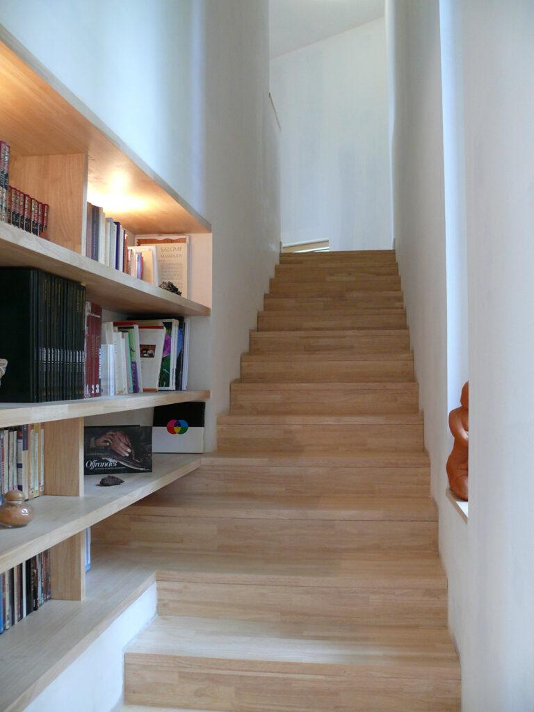Escalier et bibliothèque - Maison passive pour jeunes retraités, Gouesnac'h, Finistère - Architecte et photo : Katia Hervouet, OGMA Architecture