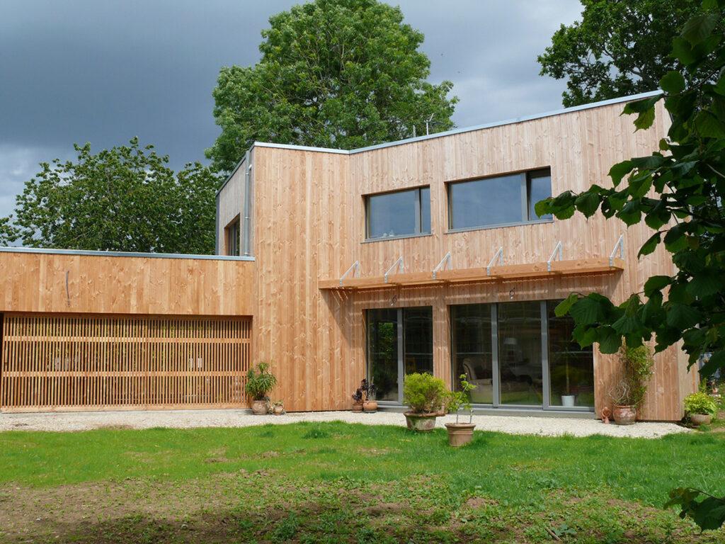 Vue du jardin - Maison passive pour jeunes retraités, Gouesnac'h, Finistère - Architecte et photo : Katia Hervouet, OGMA Architecture