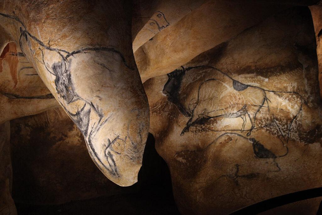 Clair-obscur et relief dans la salle du fond © Patrick Aventurier - Caverne du Pont d'Arc