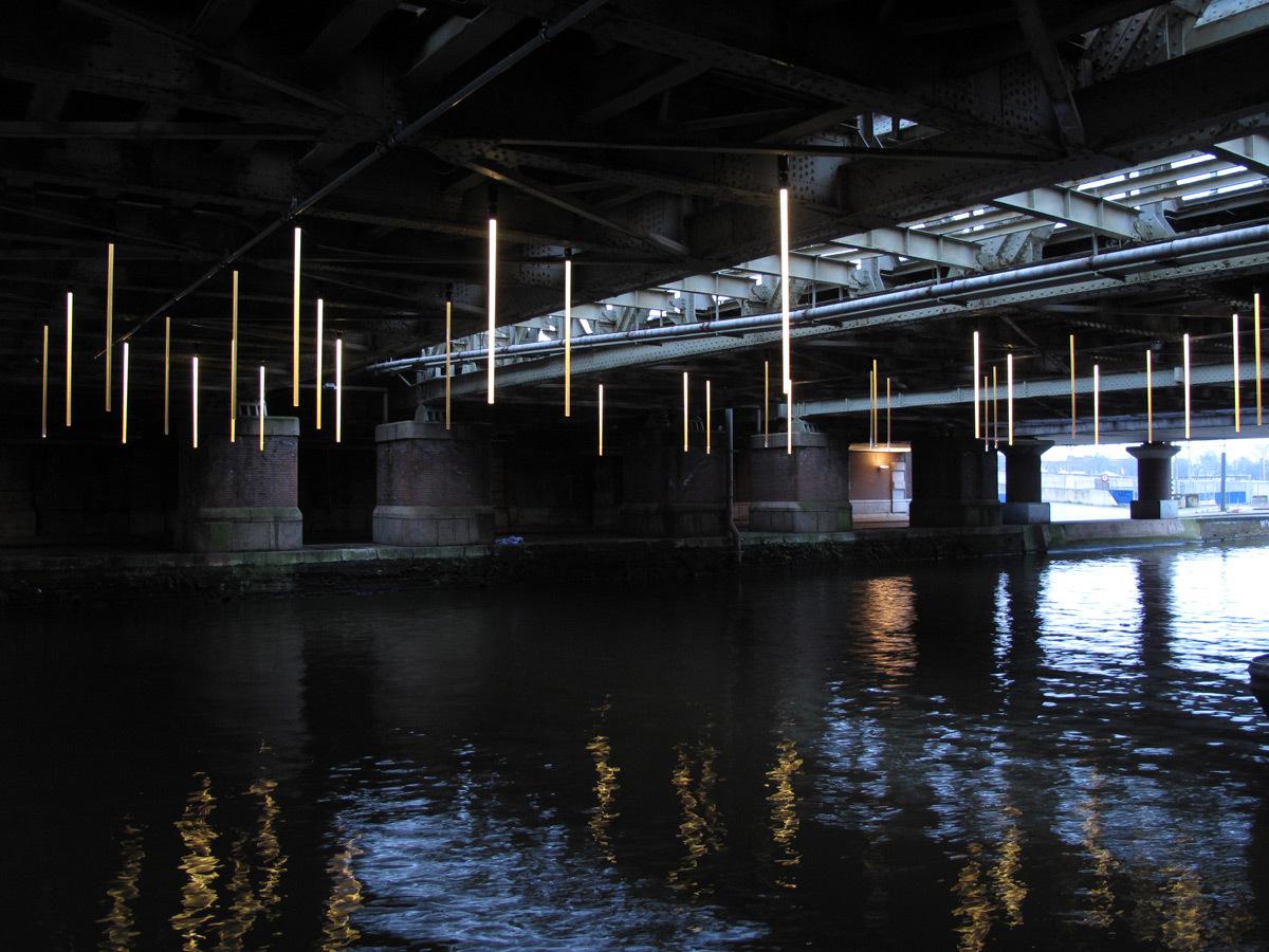Hang in there, sous-face du pont ferroviaire, Amsterdam, Pays-Bas - Conception lumière Jasper Klinkhamer et Matthijs ten Berge - Photo Janus van den Eijnden