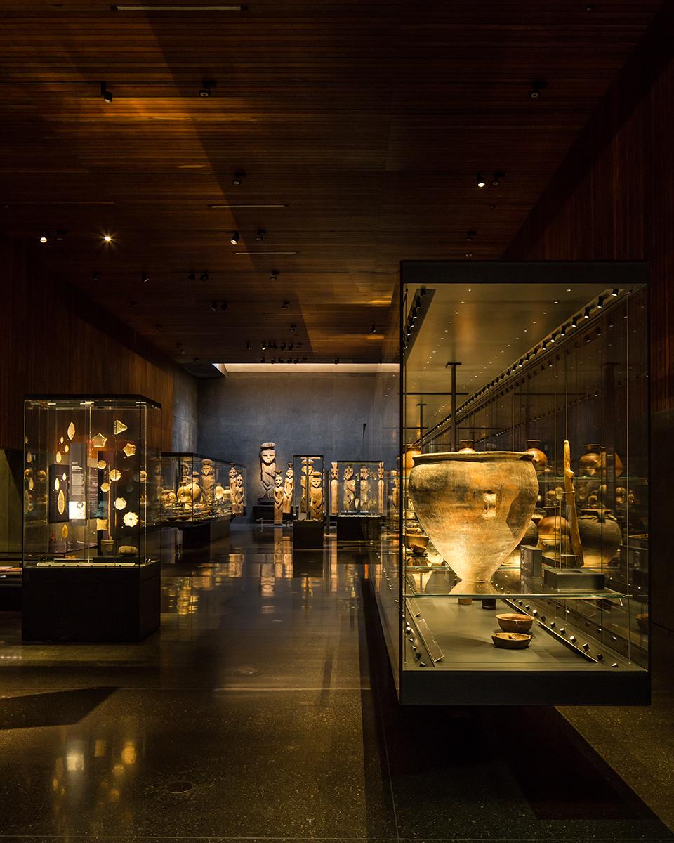 Chile antes del Chile - Museo Chileno de Arte Precolombino, Santiago, Chili – Architecte Smiljan Radic - Conception lumière LLD - Photo Aryeh Kornfeld