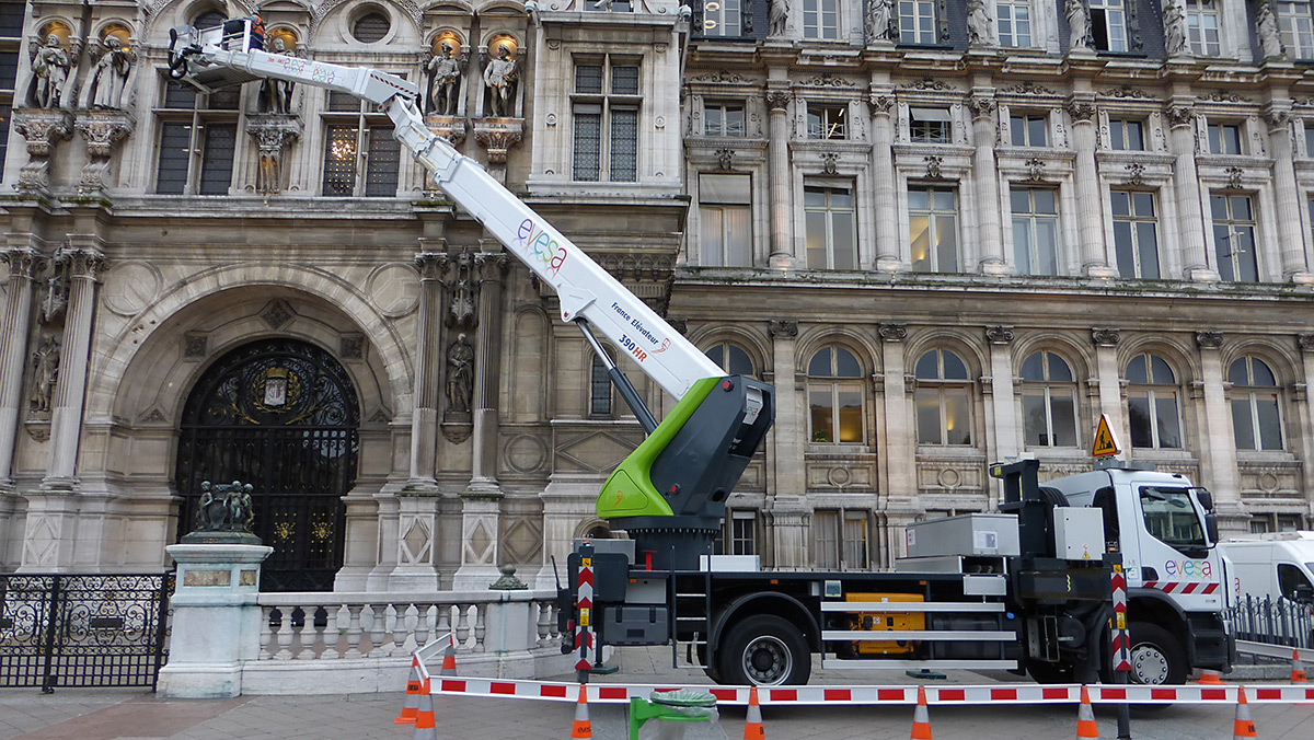 Hôtel de Ville durant la maintenance de l'illumination, Paris, France - Photo Vincent Laganier