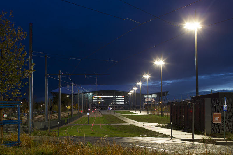 Grand Stade, Décines - Voie du tramway sur l'Accès Nord - Conception lumière : LEA - Image @Xavier Boymond