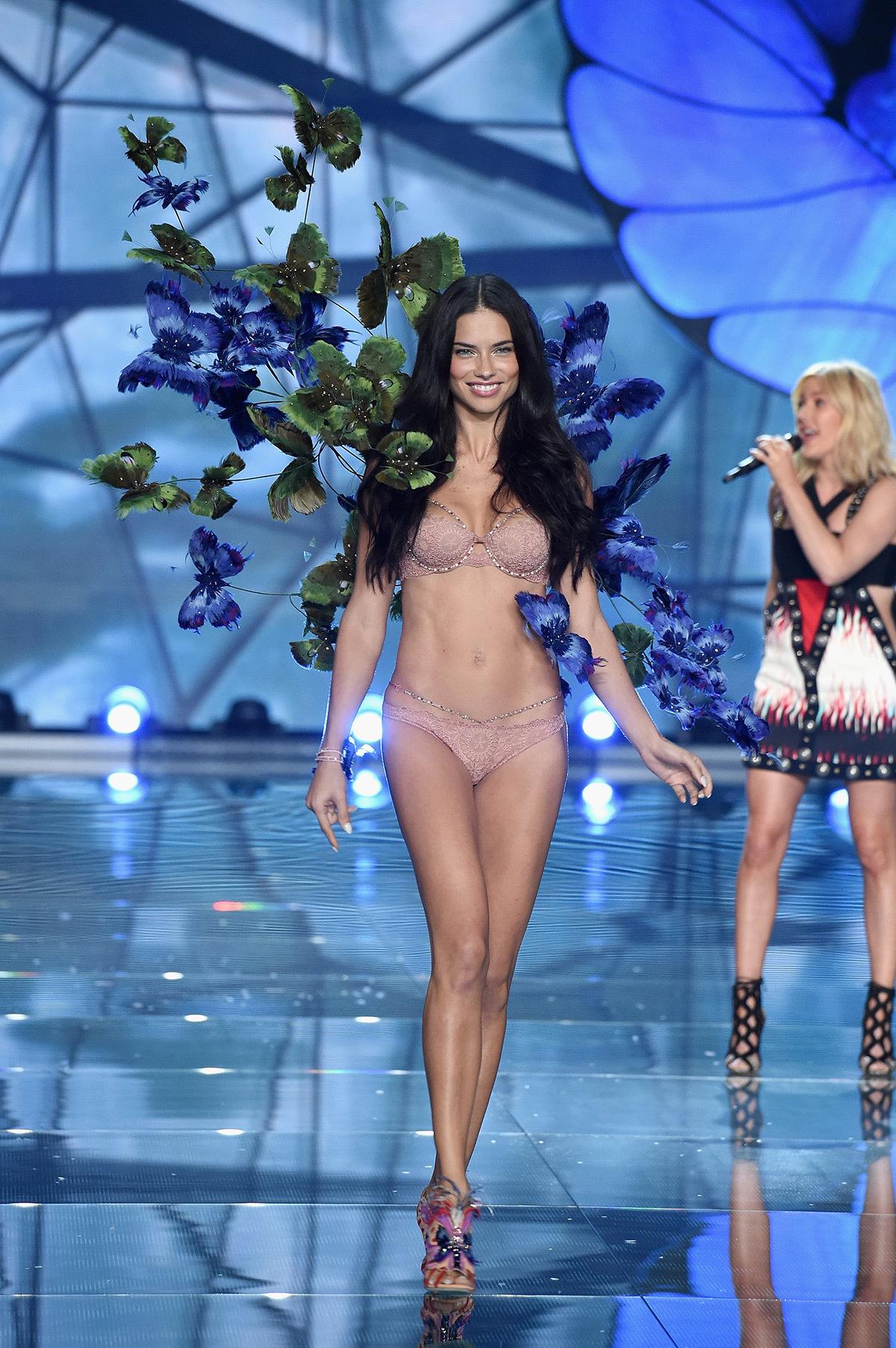 Victoria's Secret Fashion Show 2015, défilé des papillons exotiques, présentation Adriana © Victoria's Secret