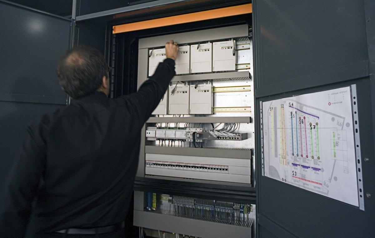 Armoire de commande de l'éclairage avec un système de communication Light Servers 64-DALI - Auditorium du siège d'Erco à Lüdenscheid, Allemagne © Erco GmbH