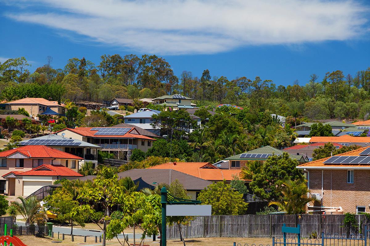 Panneaux solaires sur des maisons en bord de mer © Shutterstock