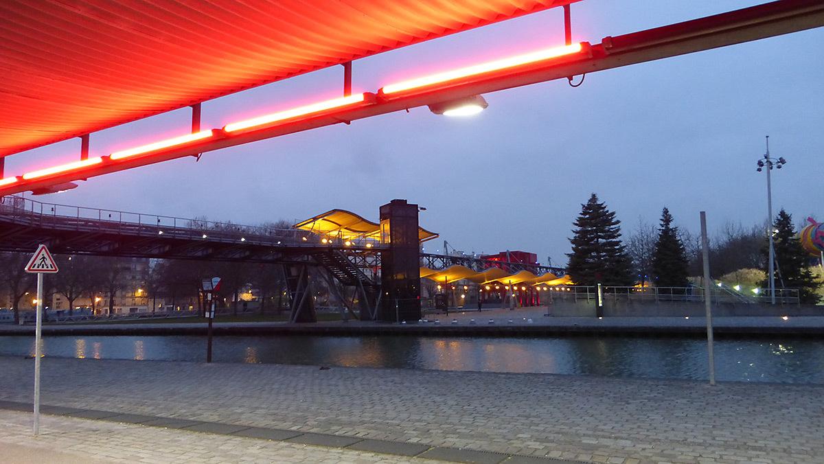 Canal et galerie de l'Ourcq, Parc de La Villette, Paris, France - Architectes : Bernard Tschumi - Concepteur lumière : Georges Berne, Maurice Brill - Photo : Vincent Laganier
