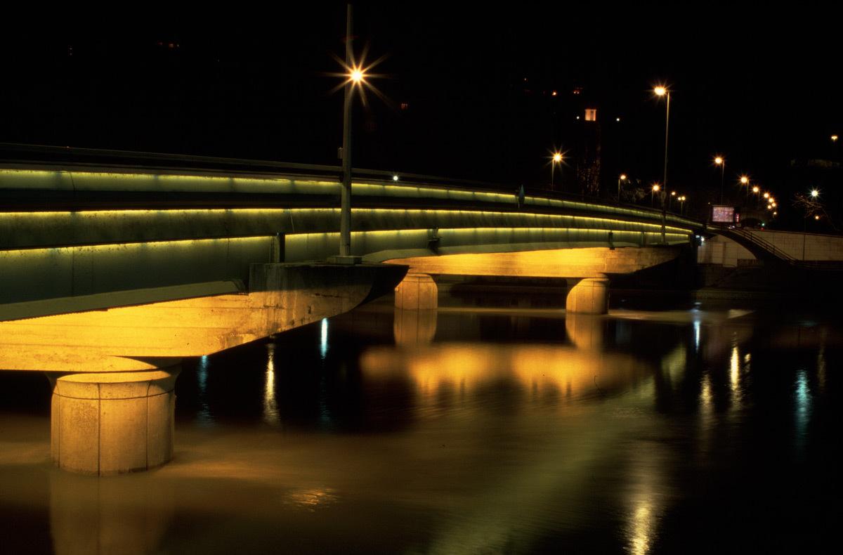 Pont Clémenceau à Lyon enjambant la Saône – Conception lumière Philippe Hutinet - 1989 à 2013 – Photo : Vincent Laganier