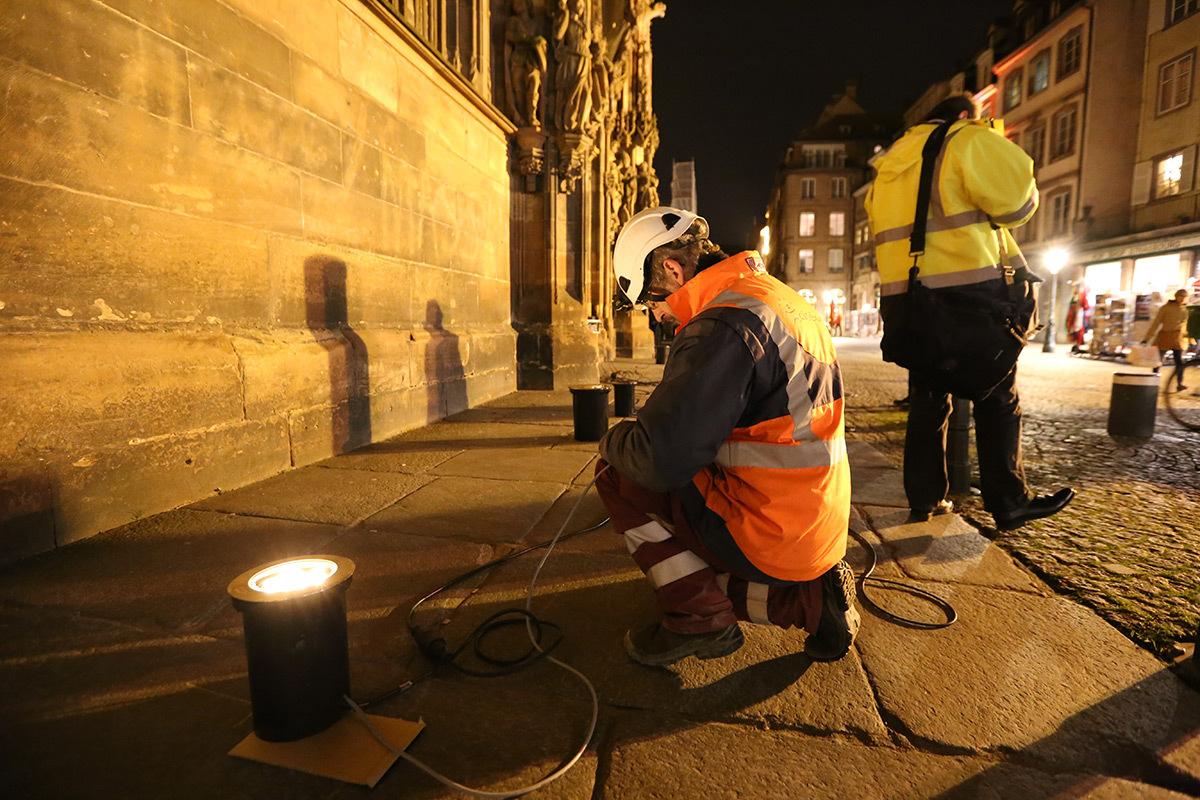 Equipe Citeos - Cathédrale de Strasbourg, France - test et essai d'éclairage avec L'Acte Lumière - 10 février 2016 - Photo : Vincent Laganier