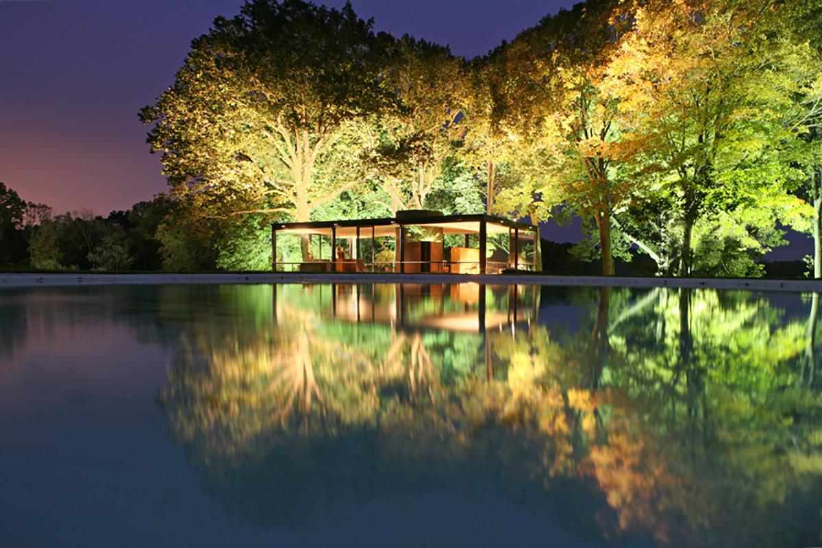 Glass House, de nuit, New Canaan, Connecticut, Etats-Unis - Architecte : Philip Johnson - Concepteur lumiere : Richard Kelly - Photo : Robin Hill