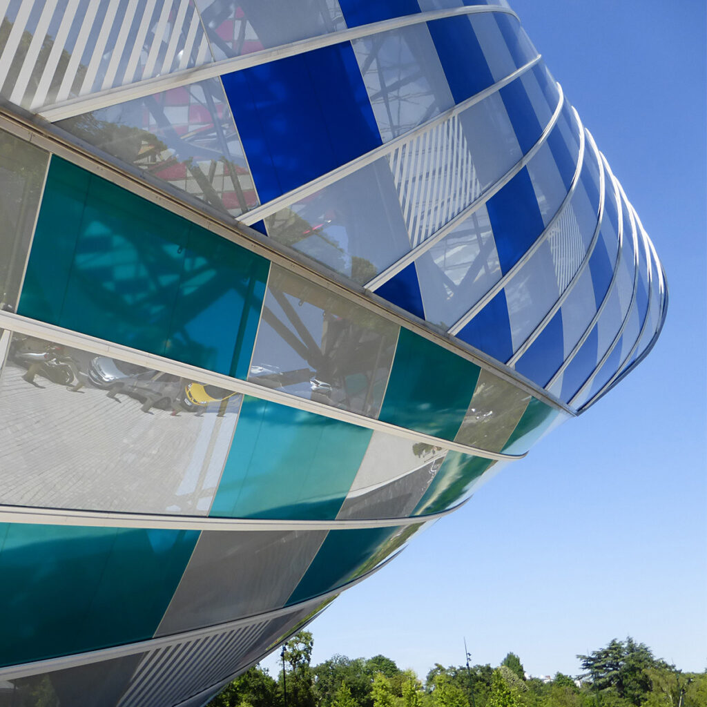 Daniel Buren, L'Observatoire de la lumière, travail In Situ, 2016 - Fondation Louis Vuitton, Paris, France - Architecte : Frank Gehry - Photo : Vincent Laganier