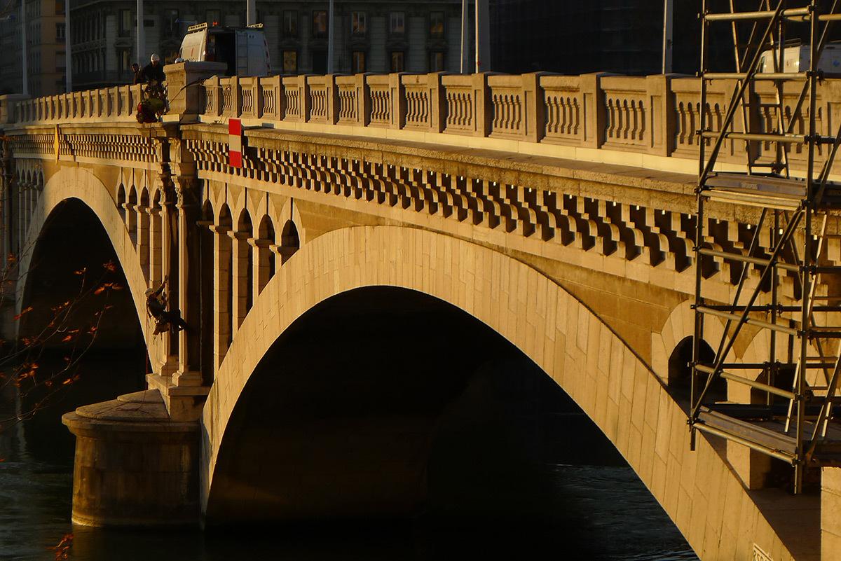 Pont Wilson, Lyon, France - installation lumière en cours de jour © LEA