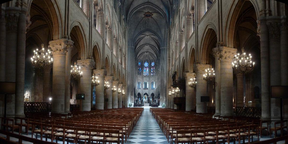 Cathédrale Notre-Dame de Paris, France - axe de la nef, depuis l'entrée, intérieur - Conception lumière : Armand Zadikian