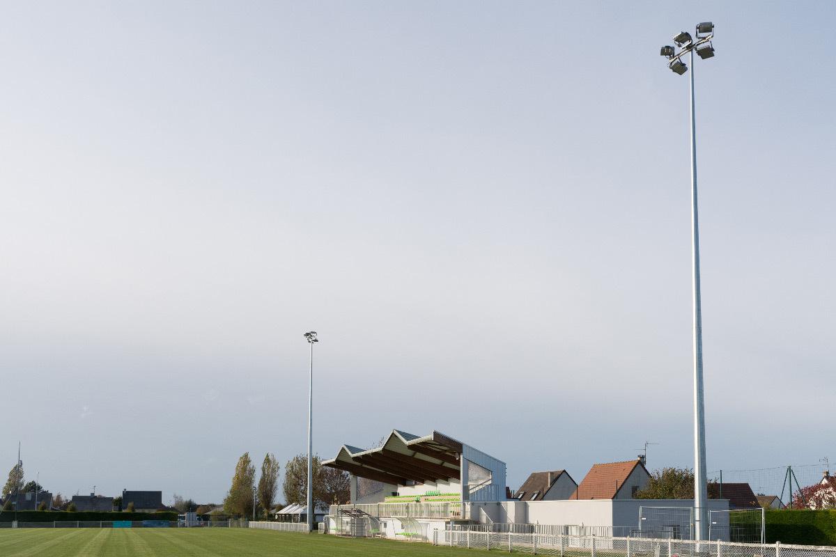 Mâts d'éclairage sportif et terrain de football