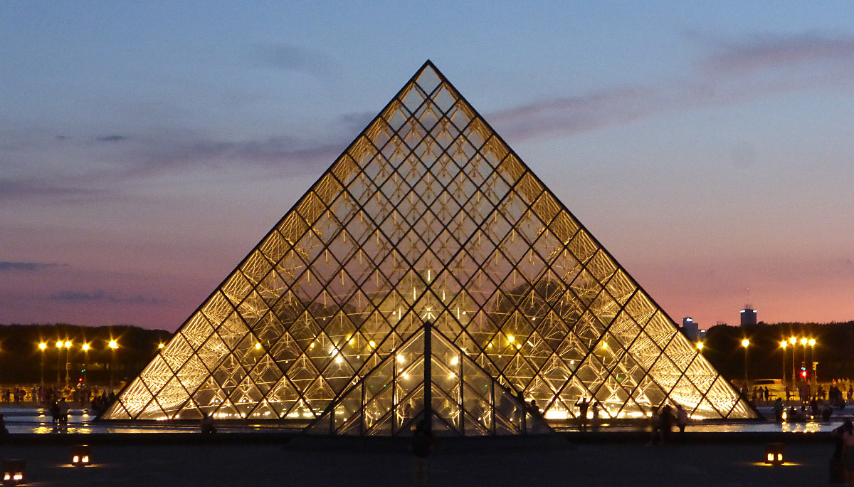 Pyramide du Louvre, Musée du Louvre, Paris, France - illumination - Architecte : Ieoh Ming Pei - Ingénieur : Roger Nicolet © Vincent Laganier