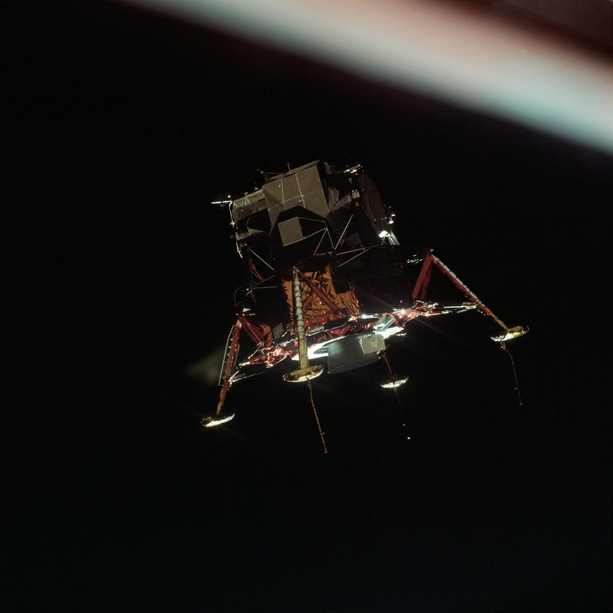 Apollo 11, module lunaire (LM) en configuration atterrissage lunaire, en orbite lunaire du module de commande et service (CSM) © NASA - as11-44-6581 - 20 Juillet 1969