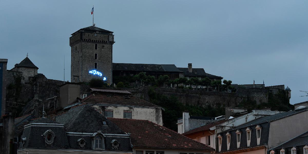 Art Oriente Objet, Andachtsraum, néon bleu, création IN SITU 2019 - château fort-Musée Pyrénéen de Lourdes © Luc Jennepin