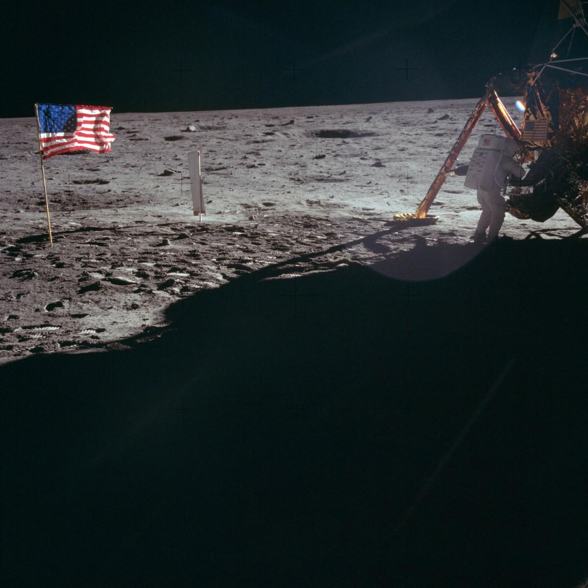 Astronaute Neil A. Armstrong, commandant mission Apollo 11, ombre portée du module lunaire (LM) et drapeau américain dans la lumière solaire, Lune © NASA - as11-40-5886 - 20 Juillet 1969