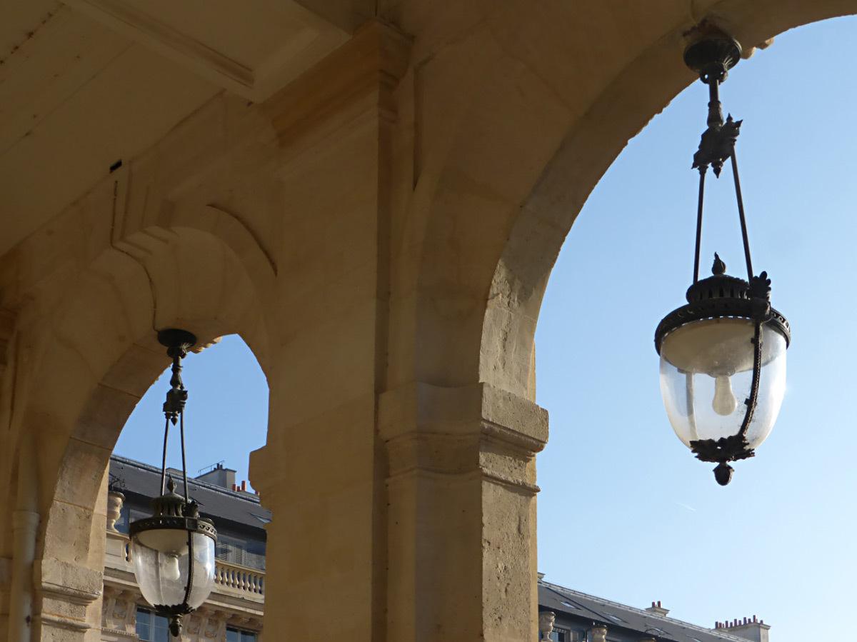 Galerie du Palais-Royal, Paris, France - lanterne éclairage public, lumière du jour © Vincent Laganier