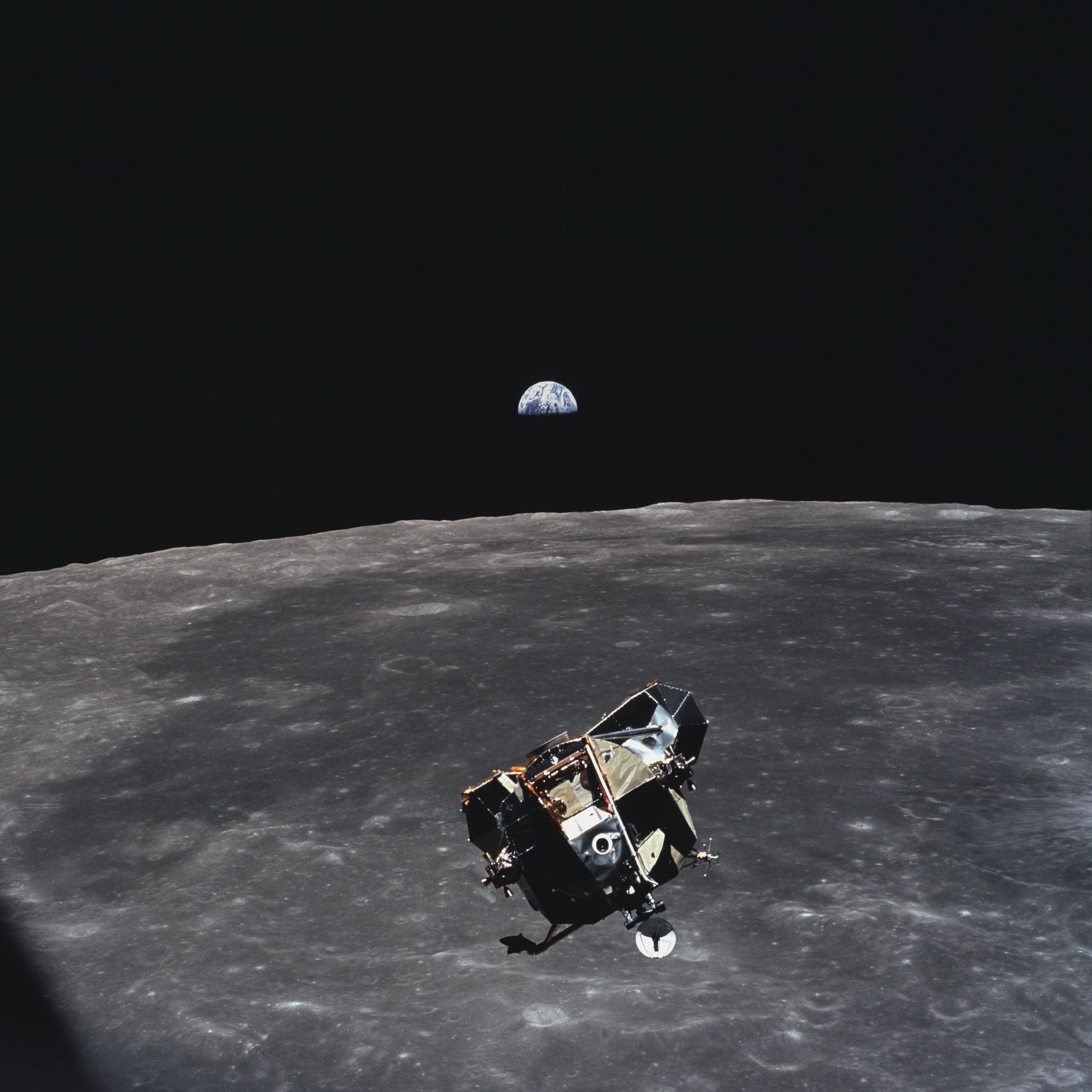 Module lunaire (LM) Apollo 11, rendez-vous en orbite lunaire, phase ascendante, Armstrong et Aldrin a bord, depuis CSM, Lune © NASA - as11-44-6642-21 Juillet 1969