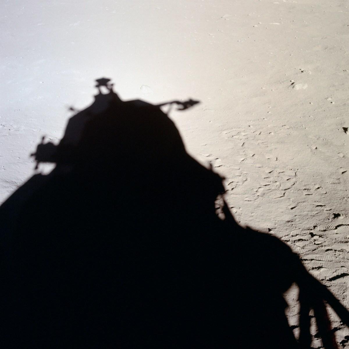 Ombre portée du module lunaire (LM) de Apollo 11 silhouette sur la surface lunaire, prise de vue interieure du LM, lumière solaire © NASA - as11-37-5475 - 20 Juillet 1969