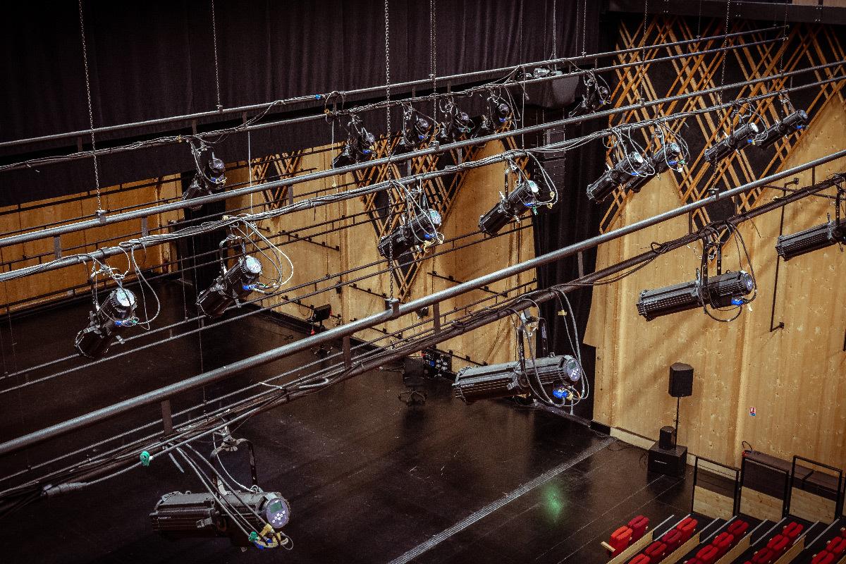 Salle de spectacle du théâtre Jean-Claude Carrière, Domaine d'O, Montpellier - avec projecteurs en éclairage LED © Jonathan Grimaux