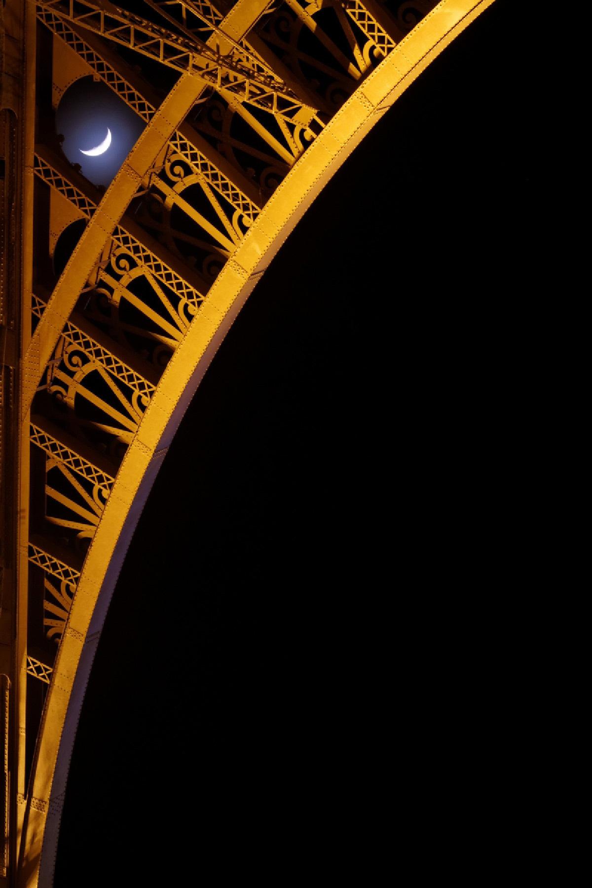 Tour Eiffel et la Lune © photo: Bertrand Kulik - Eclairagiste : Pierre Bideau - SNTE