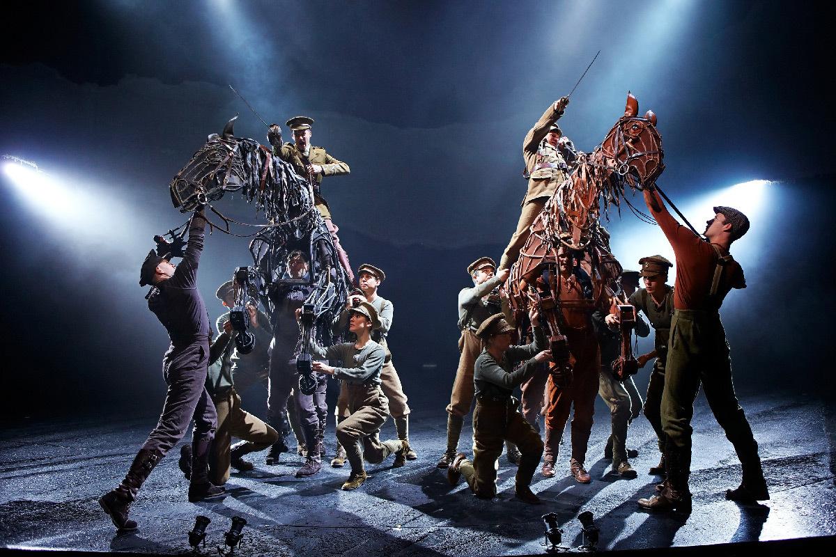 War Horse au New London Theatre, Grande Bretagne - Handspring Puppet Company - création lumière : Paule Constable © Brinkhoff Mogenburg