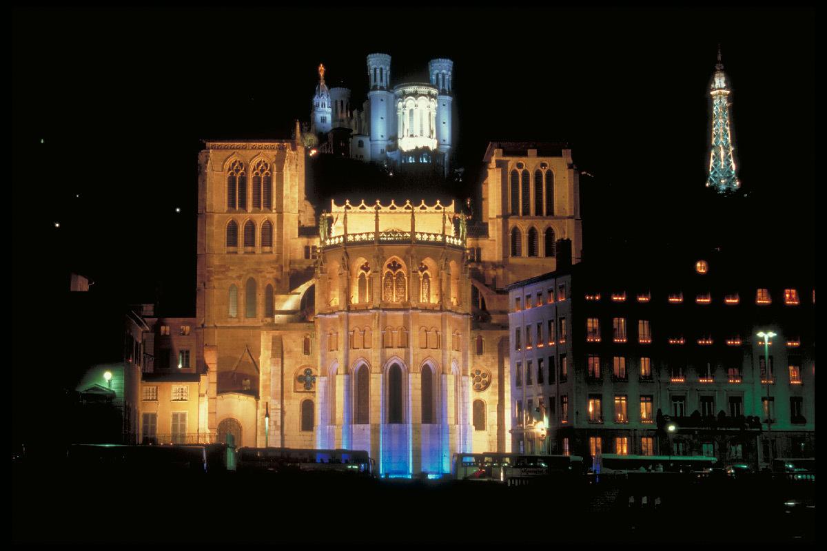 Cathédrale Saint-Jean au premier plan, Basilique de Fourvière et tour TDF au deuxième plan, Lyon, France - Festival Lyon Lumières 1999, 1ère Fête des Lumières © Vincent Laganier