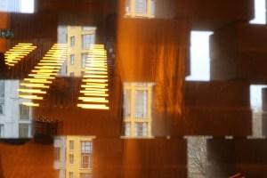 Reflet et transparence de l'installation de Olafur Eliasson devant les ascenseurs © Vincent Laganier