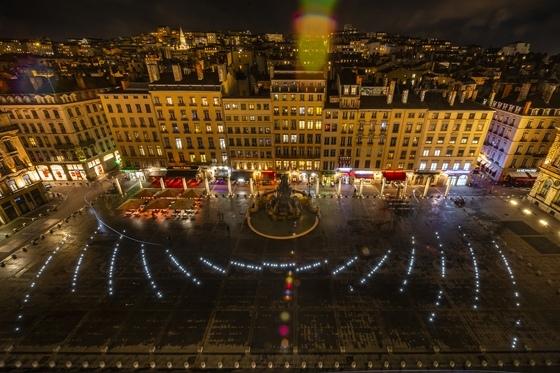 Place des Terreaux, Lyon - vue d'ensemble des ondes de lumière la nuit du toit du musée des Beaux-Arts